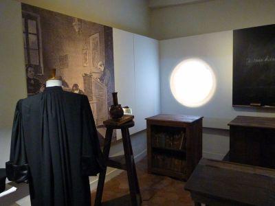 reconstitution d'une salle de classe, avec une lanterne magique